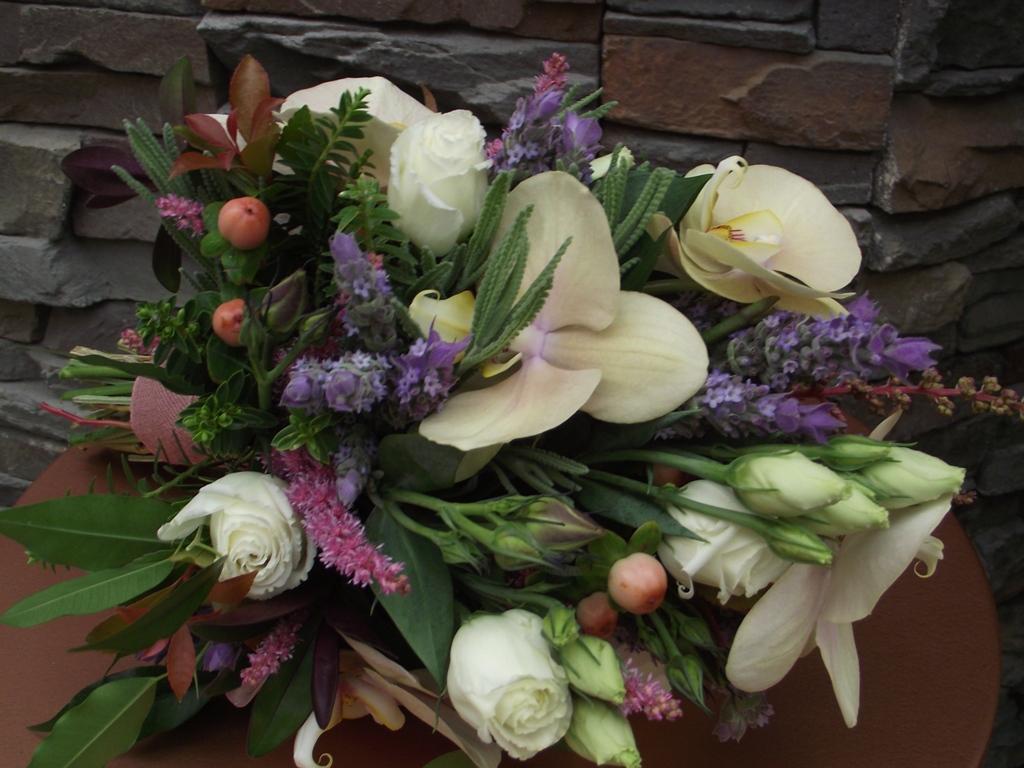 ramo de novia orquideas y lavanda floristeria garralda